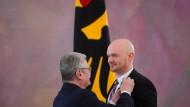 Gauck ehrt Alexander Gerst