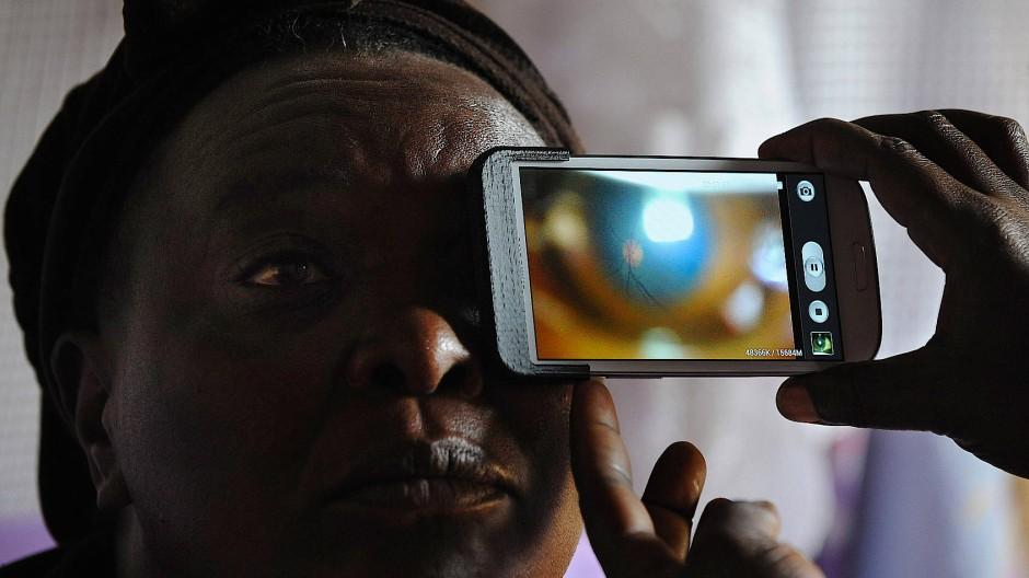 Britische Ärzte untersuchen im kenianischen Dorf Kianjokoma die Menschen nach grauem und grünem Star.