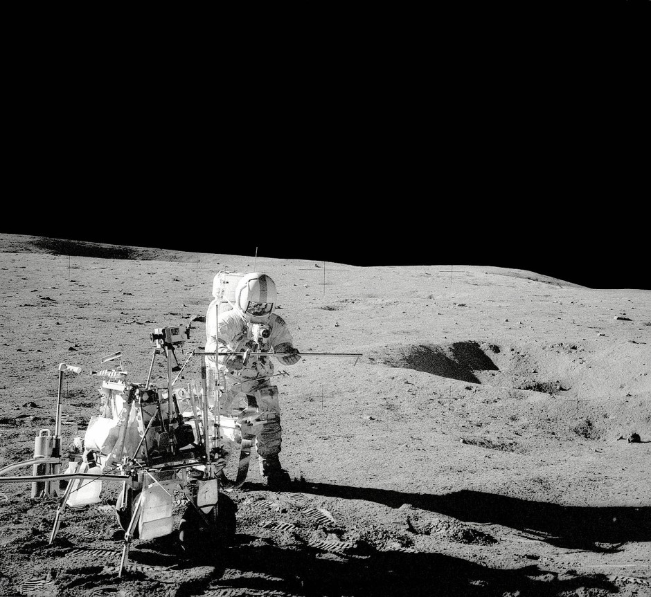 """Alan Shephard landete mit Apollo 14 1971 auf dem Mond. Im zweirädrigen """"Handkarren"""" sammelte er Gesteinsproben."""