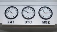 36 Sekunden gehen die Atomuhrzeit (TAI) und die koordinierte Weltzeit (UTC) mittlerweile gegenüber unsere heimische mitteleuropäische Zeit (MEZ) vor.