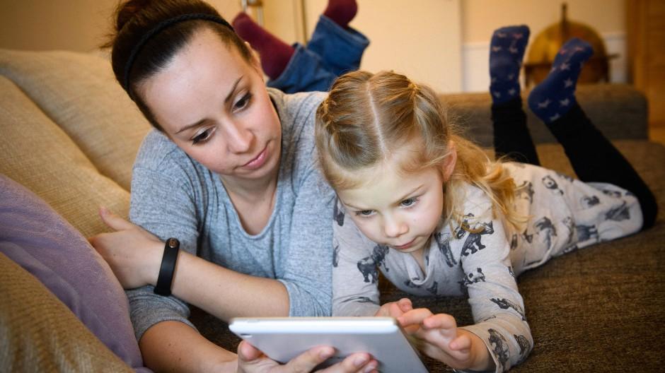 Mediennutzung unter Aufsicht: Besser für Mutter und Tochter?