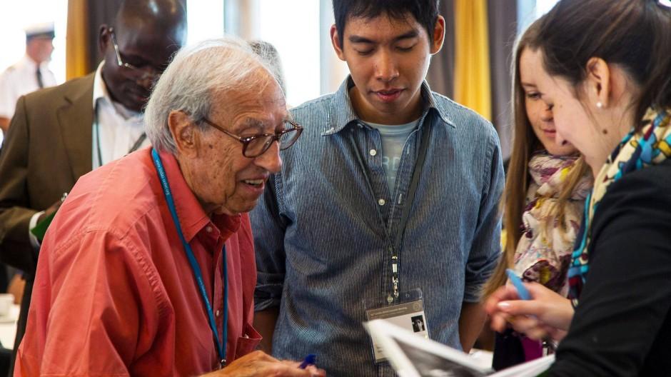 Edmond Fischer (links im Bild) im Austausch mit Nachwuchswissenschaftlern auf der 64. Lindauer Nobelpreisträgertagung 2014.