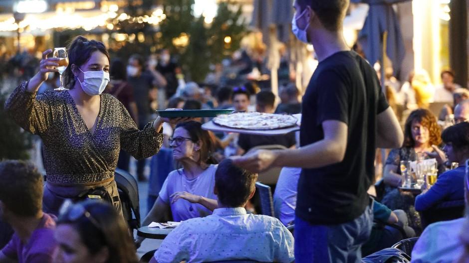 Junge Leute im Partymodus, in Pandemiezeiten ein schwieriges Unterfangen.