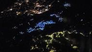 Tintenfischer auf dem Meer zwischen Südkorea (oben) und Japan (unten).