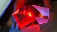 Ein Glasprisma wird mit einem Laserstrahl vermessen.