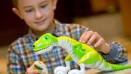 """Ferngesteuerter """"Zoomer-Dino"""" auf der Jahrespressekonferenz der Spielwarenbranche"""
