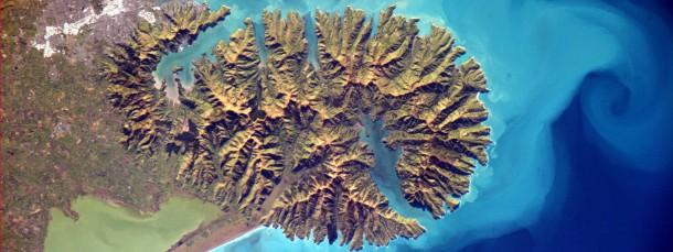 Blick auf die Banks-Halbinsel in Neuseeland. Selbst in diesem schwierigem Terrain vernichteten Menschen den Waldbestand