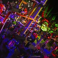 Viele optische Komponenten sind erforderlich, um einzelne Moleküle mit Laserstrahlen einzufangen und zu manipulieren.