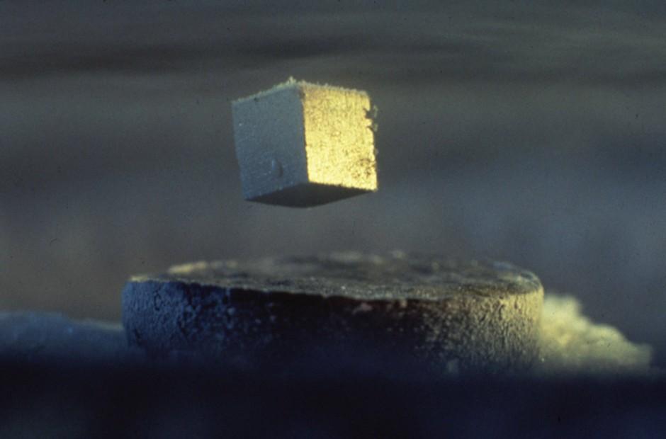 Das Magnetfeld wird auf dem würfelförmigen Supraleiter heraus gedrängt. Die Folge: Der Supraleiter schwebt.