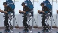 Gelähmter Patient im Exoskelett.