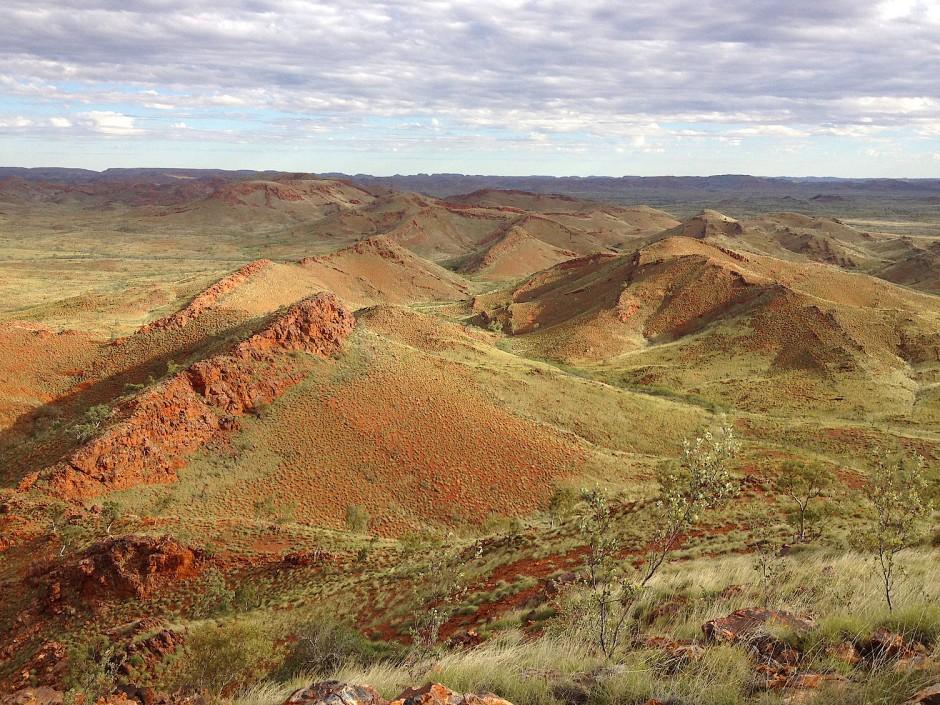 """Die Rücken der """"Dresser-Formation"""" in der Pilbara-Region im Westen Australiens."""