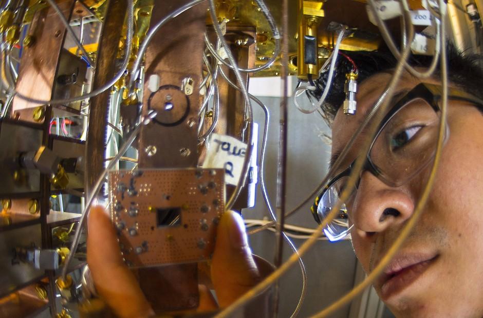 IBM Forscher Jerry Chow mit einem supraleitenden Quantenchip