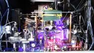 Ein Gewirr aus Laserstrahlen, Spiegeln, Linsen, Glasfasern und Vakuumgefäßen.