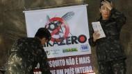 """""""Ein Moskito ist nicht stärker als ein ganzes Land"""" - die brasilianische Regierung lässt Plakate durch Soldaten im ganzen Land aufhängen."""