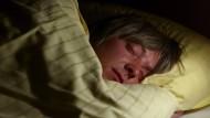 Der Mensch schläft fester und kürzer als andere Säugetiere.