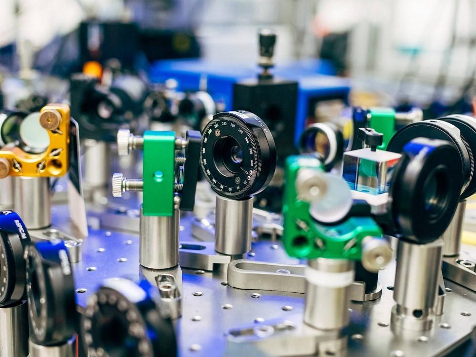 Verschränkte Photonenpaare werden dadurch erzeugt, dass ein UV-Laser einen speziellen Kristall bestrahlt. Eine Versuchsanordnung am Institut für Quantenoptik und Quanteninformation in Wien.