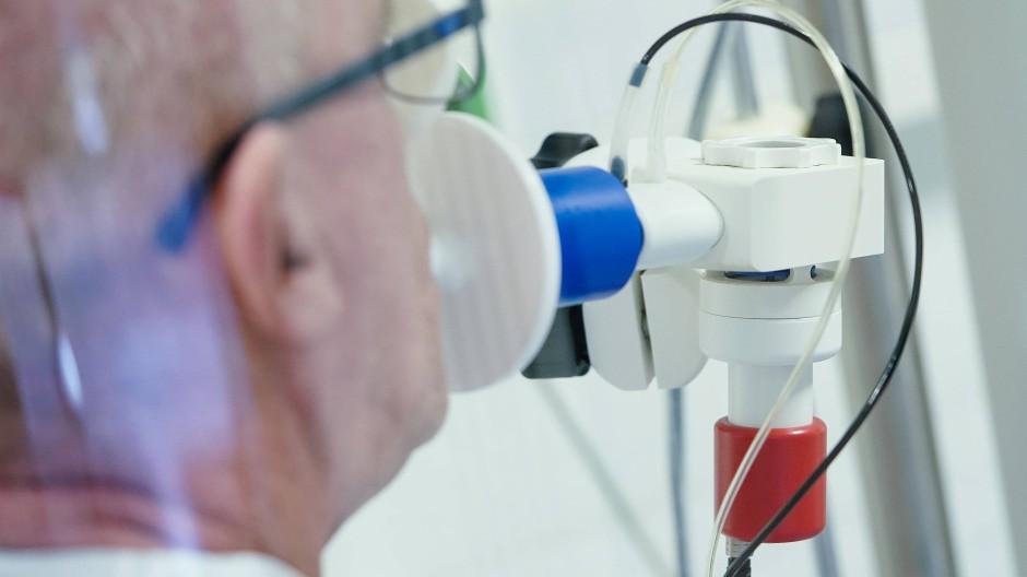 Ein Covid-Patient bei einem Lungenfunktionstest