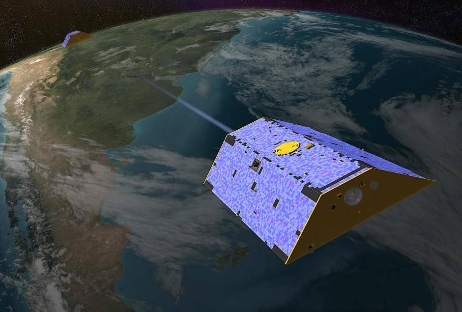 """Die Zwillingssatelliten Grace1 und Grace2 umkreisen im Formationsflug die Erde.  Anhand der Änderungen ihres Abstands zueinander wird die Massenverteilung der Erde bestimmt. Die Genauigkeit reicht, um das Abschmelzen von Gletschern und das Versiegen von Grundwasser-Reservoiren zu """"wiegen""""."""