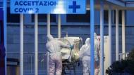 Ein schwerstkranker Patient wird in das Gemelli-Hospital in Rom eingeliefert.