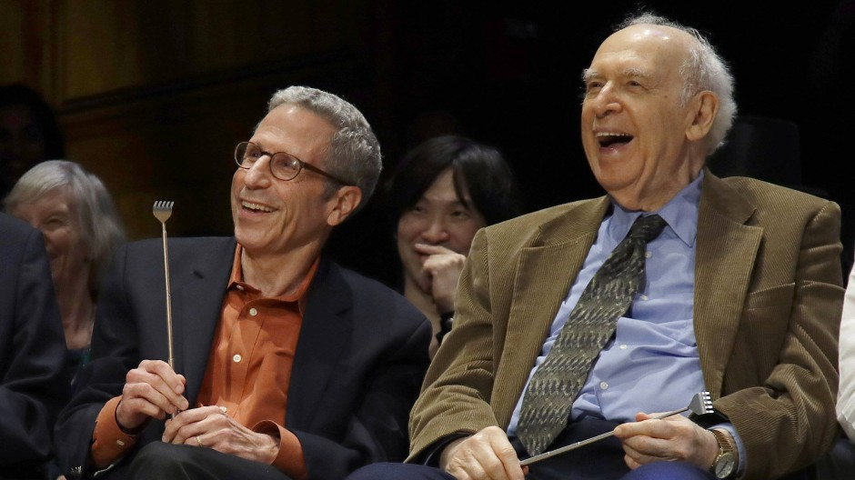 Die Nobelpreisträger Eric Maskin (Wirtschaft, 2007) und Jerome Friedman (rechts im Bild) als Juroren bei der Ig-Nobelpreisverleihung an der Harvard University, am 12. September 2019.