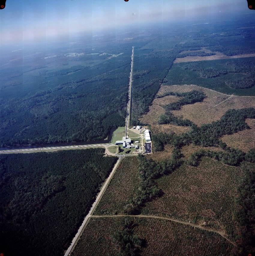 Gravitationswellenantenne Ligo in Livingston (Lousinana). Das Observatorium besteht aus zwei senkrechten verlaufenden jeweils 4 Kilometer langen Laserarmen.