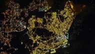 Singapur bei Nacht, aufgenommen von der Internationalen Raumstation ISS.