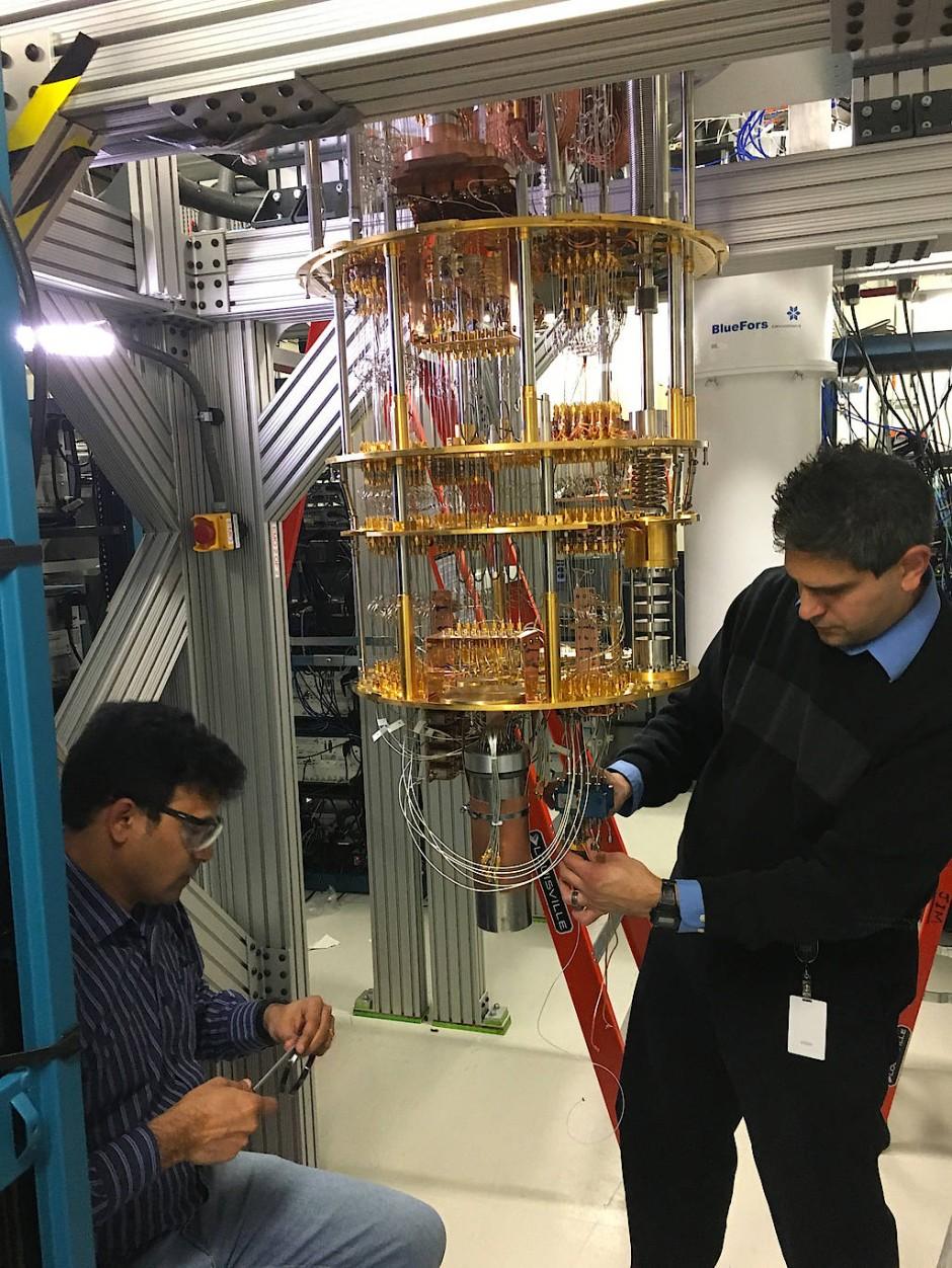 Der verkabelte fünf Bit Quantenprozessor von IBM, bevor er in ein Kältebad aus  flüssigem Helium getaucht wird.