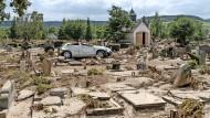 Was einmal der Friedhof in Bad Neuenahr-Ahrweiler war, ist nach dem Hochwasser ein einziges Trümmerfeld.