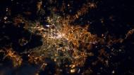 Für die Astronauten auf der Internationalen Raumstation ist das  nächtliche Berlin immer noch eine geteilte Stadt: Im Westen strahlen  meist weiße Quecksilberdampflampen, währen im Osten mit sparsameren Natriumdampflampen beleuchtet wird. Im Jahr 2000 verbrauchte die Stadt rund 73 Millionen Kiowattstunden für die Straßenbeleuchtung.