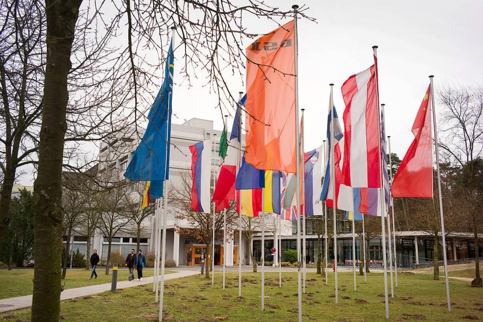 Bald wehen noch mehr Fahnen vor dem Helmholtz-Zentrum für Schwerionenforschung, GSI, in Darmstadt