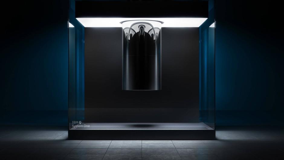 """Das Rechenwunder ist kaum zu erkennen: In der Glaskuppel steckt  der Quantencomputer von IBM """"Q System One""""."""