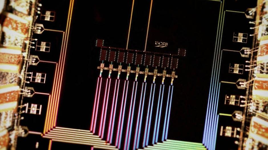 Blick ins Herz eines potentiellen Quantenprozessors: Er besteht aus 9 Quantenbits, den elementaren quantenphysikalischen Informationseinheiten, hat einen Datenbus, Datenspeicher und ein Fehlerkorrektursystem.