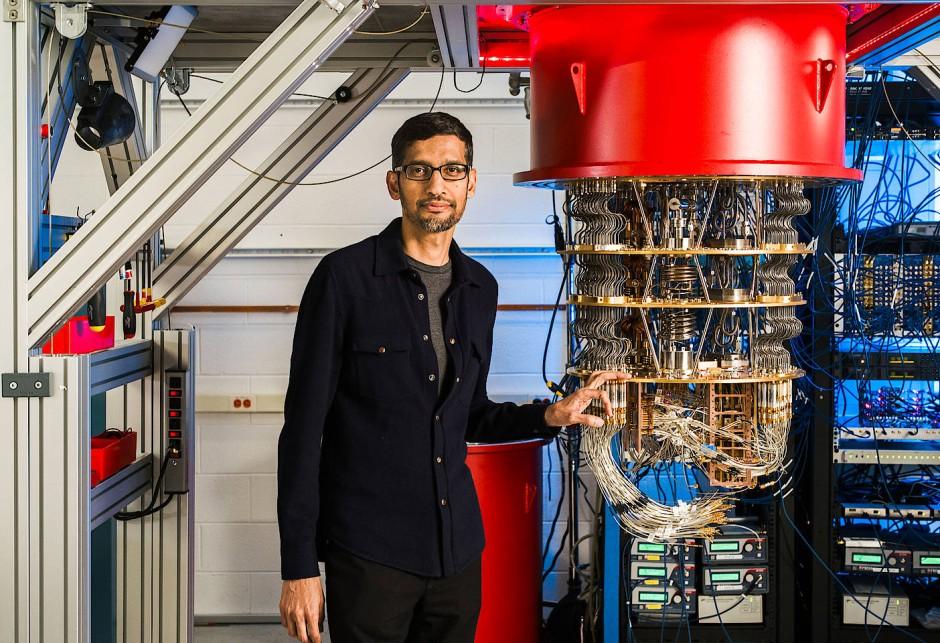 "Google-Chef Sundar Pichai mit dem Quantencomputer ""Sycamore"""