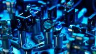Dieses Gewirr aus Spiegeln, Strahlteilern und Linsen versorgt die acht Teilnehmer des Quantennetzes mit einer großen Zahl verschränkter Photonen.