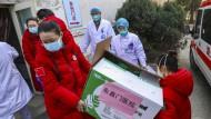 Engpässe gibt es in Wuhan bei Medikamenten und Virentests. Die Kliniken sind überfüllt, die Belastung des Personals schon jetzt unermesslich.