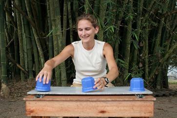 Primatenforscherin Herrmann beim Versuchsaufbau