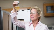 Frances Arnold in ihrem Labor a Caltech in Pasadena