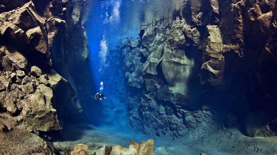 Im klaren Wasser: Taucher in der Silfra-Spalte auf Island
