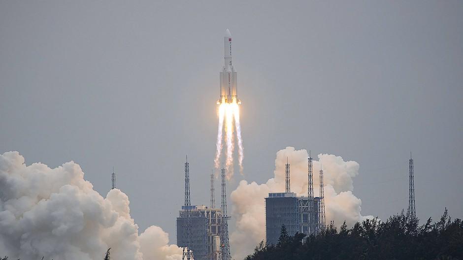 """Eine Trägerraket von Typ """"Langer Marsch 5B-Y2e"""" startet vom Weltraumbahnhof Wenchuan ins All. An Bord ist das Basismodul der Raumstation """"Tiangong""""."""