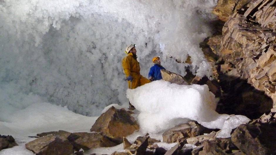 Wissenschaftler sammeln Daten zum Permafrost in einer Höhle in Sibirien. Wenn die Dauerfrostböden verstärkt auftauen, werden vermehrt Treibhausgase freigesetzt