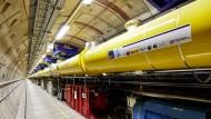 Blick in den 2,1 Kilometer langen Beschleunigertunnel des European XFEL mit den gelben supraleitenden Beschleunigermodulen.