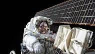 """Scott Kelly bei einem Außeneinsatz auf der ISS am 6. November 2015. Der """"Weltraumspaziergang"""" dauerte fast acht Stunden und diente Wartungs- und Reparaturarbeiten."""