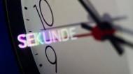"""Die """"Sekunde"""" spiegelt sich auf dem Zifferblatt einer Wanduhr in Hannover. Heute  Nacht ist Zeitumstellung: Das Jahr 2015 wird um eine Sekunde verlängert."""