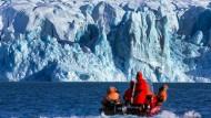Wissenschaftler des Alfred-Wegener-Instituts fahren zur Kongsfjord-Gletscherfront vor Spitzbergen.