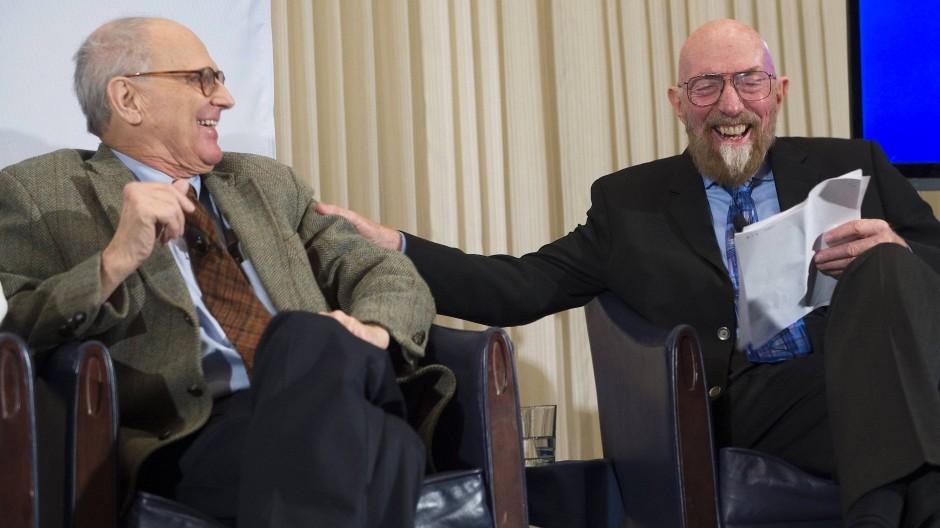 Kip Thorne (rechts) und Rainer Weiss verkünden am 11. Februar 2016 die Entdeckung von Gravitationswellen mit den beiden amerikanischen Ligo-Detektoren.
