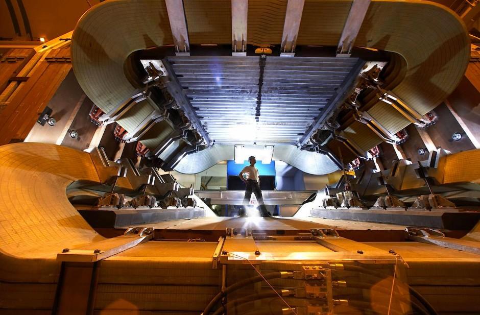 Blick ins Innere des LHCb-Detektors. Zu sehen ist der gewatlige Magnet, der die geladenen Reaktionsprodukte in Richtung der einzelnen Sensorschichten lenkt. Dort werden die Fragmente der B-Mesonen-Zerfälle vermessen.
