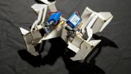 Entfalteter Origami-Roboter, Seitenlänge zehn Zentimeter