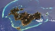 Mitte August 2017 fotografierte der amerikanische Astronaut Randy Bresnik die Insel Mayotte von der Internationalen Raumstation ISS aus. Zu sehen ist das Riff, das das Eiland ringförmig umgibt.