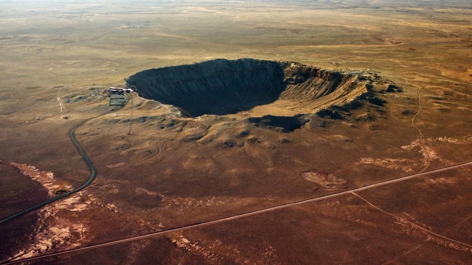 Trifft ein Asteroid auf die Erde, sind die Folgen deutlich: Der Barringer-Krater in Arizona hat einen Durchmesser von 1200 Metern und wurde von einem 50-Meter-Asteroiden verursacht, der vor 50 000 Jahren auf der Erde einschlug.
