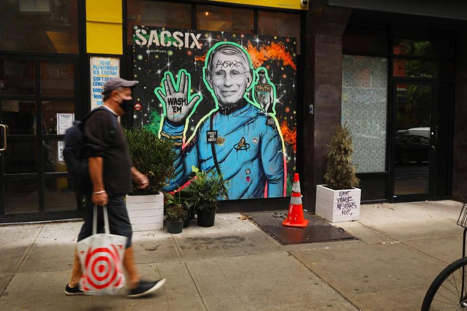 """New Yorker Street Art in der Pandemie: """"Commander"""" Anthony Fauci war lange Trumps einzig seriöse Trumpfkarte und gleichzeitig das wissenschaftliche Feigenblatt für seine Desinformationskampagnen."""